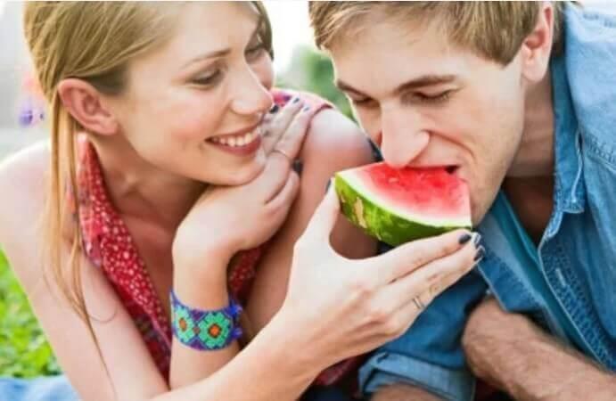 Para jedząca arbuz