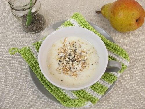 Płatki owsiane z mlekiem roślinnym i nasionami chia. śniadanie które syci