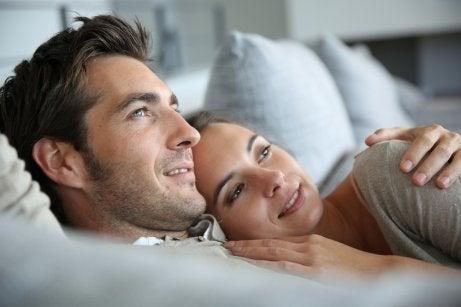 Przytulanie pary a miłosć