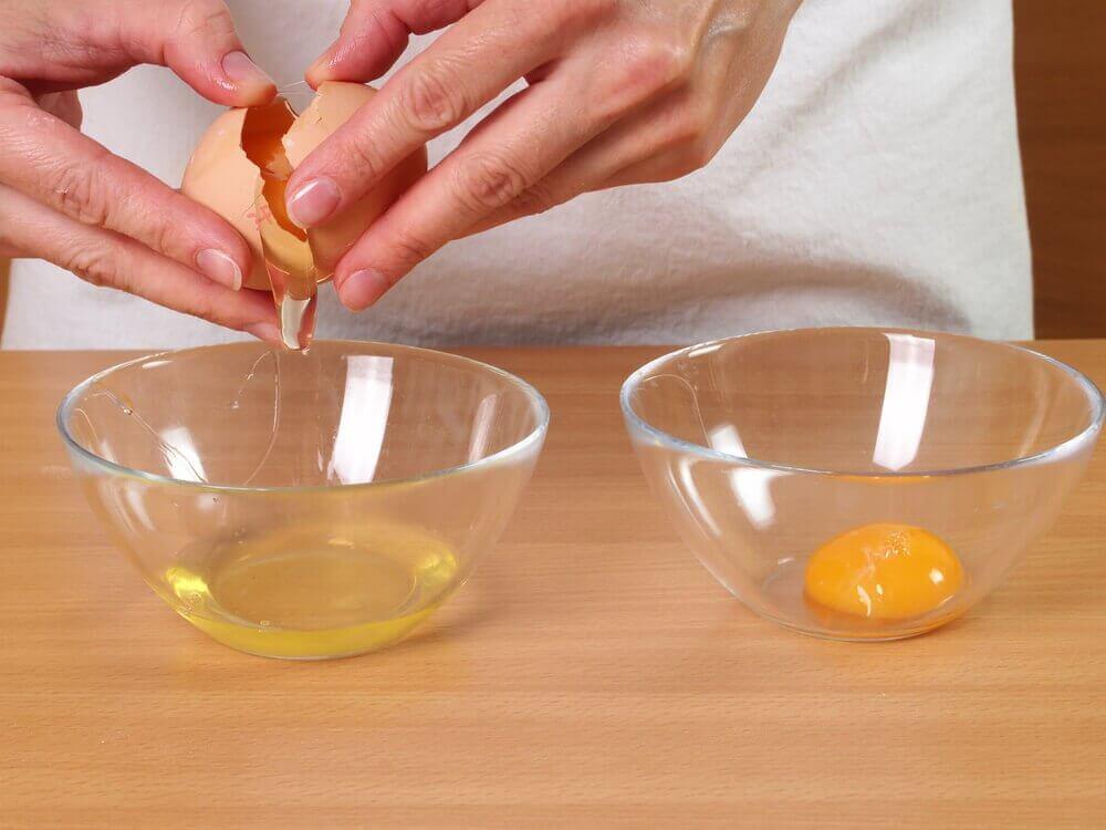Rozbijanie jajka na maseczka przeciwzmarszczkowa