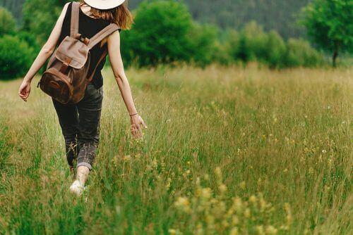 spacerująca kobieta - sprawność umysłu