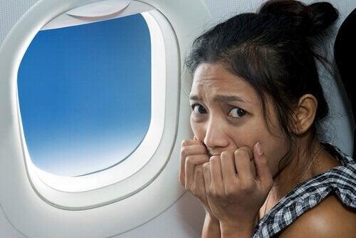 atak paniki kobieta w samolocie