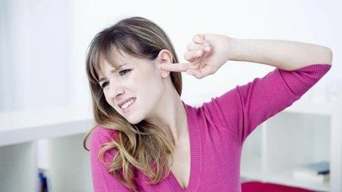 szumy uszne, Kobieta zatyka ucho