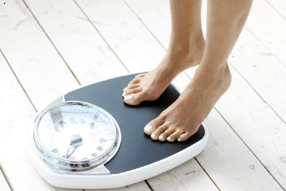 Kobieta waży się na wadze a nasiona mozgi kanaryjskiej