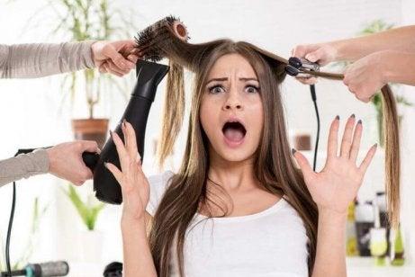 Przerażona dziewczyna u fryzjera