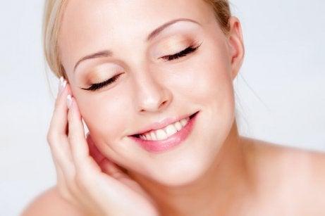 Zadowolona kobieta pistacje i piękna skóra