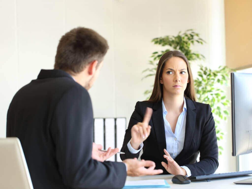 Stadia żałoby - wyparcie, kobieta i mężczyzna siedzący przy biurku
