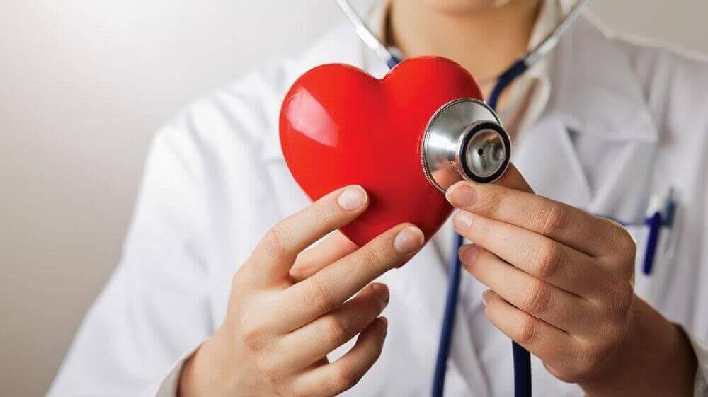 wyeliminuj jedzenie cukru - unikniesz chorób serca - lekarz badający serce