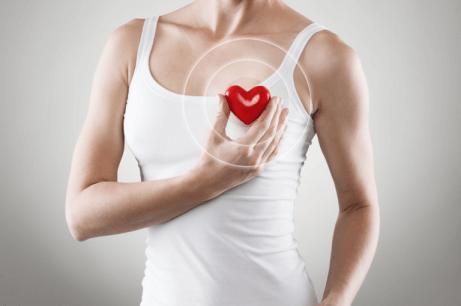 Kobieta i plastikowe serce