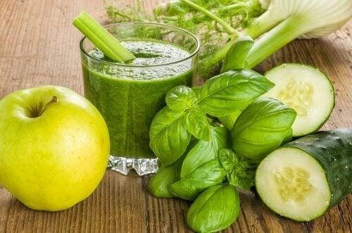 Zielony sok z jabłka, ogórka i imbiru na utratę wagi