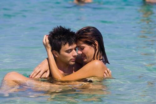 Seks w wodzie - para się przytula