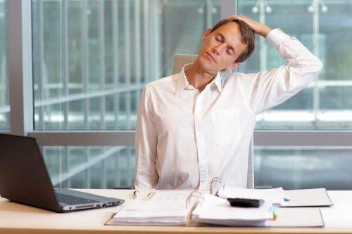 ból karku Mężczyzna odchyla głowę