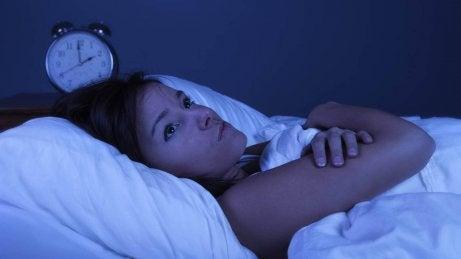 Bezsenność kobieta nie śpi