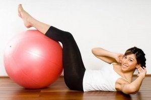 Kobieta wykonuje ćwiczenia aby obniżyć poziom cukru