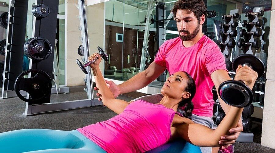 Ćwiczenia na siłowni tłuszczyk pod pachami