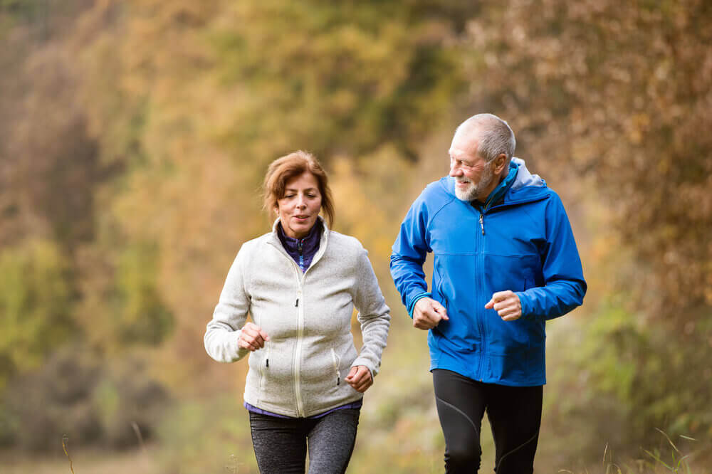 Starsza para uprawia jogging
