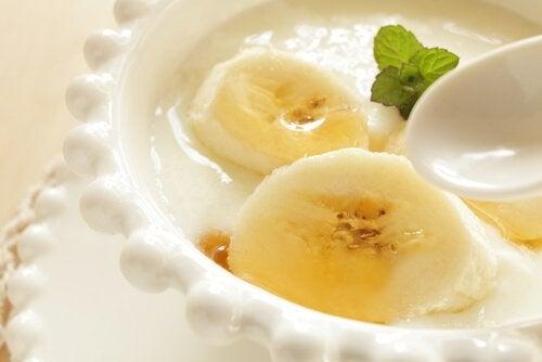 jogurt z bananem śniadanie