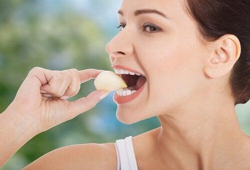 Kobieta jedząca czosnek na grzybica pochwy