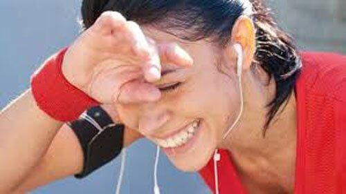 Kobieta uprawia jogging i się uśmiecha Codzienny spacer na utratę wagi