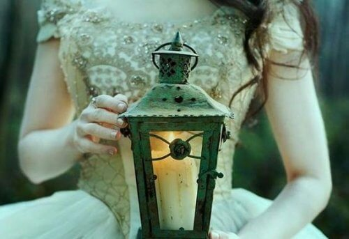 Kobieta z latarnią Z czasem nauczyłam się, że o uwagę nie należy prosić