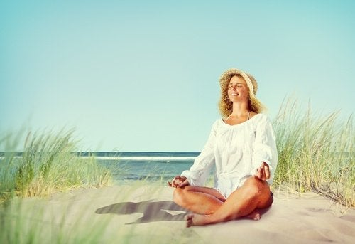 Kobieta na plaży relaks na stany lękowe