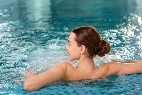 Uśmiechnięta kobieta w basenie a bóle krzyża