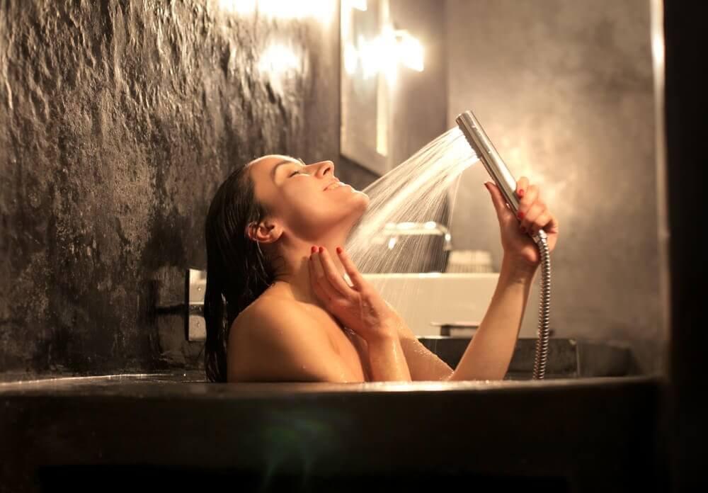 Kobieta w wannie. Hydroterapia i anemia