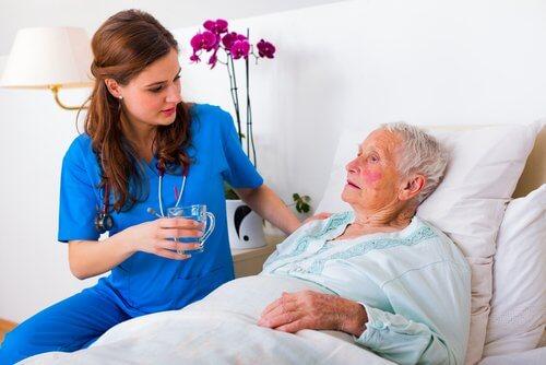 Kobieta z Alzheimerem w szpitalu lekarz