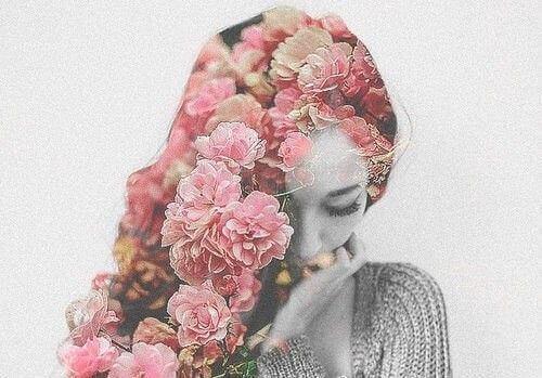 Kobieta z warkoczem z róż