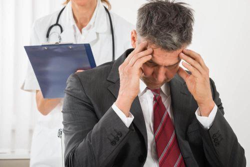 bóle głowy mężczyzna cierpi