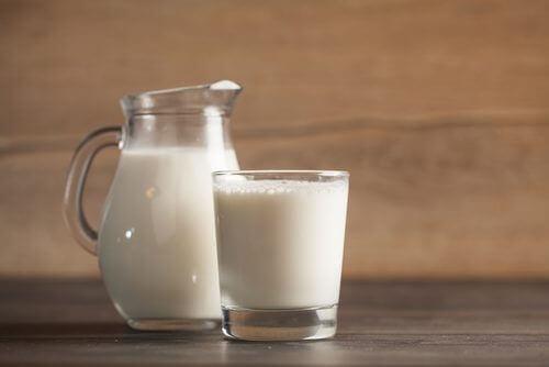 szklanka mleka na przebarwienia