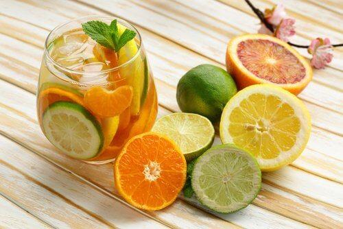 napój cytrusowy i cytrusy na śniadanie