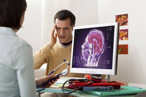 bóle głowy cierpi mężczyzna