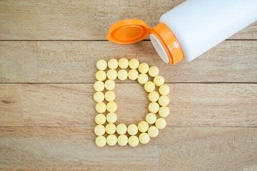 Litera D ułożona z tabletek suplementu tej witaminy