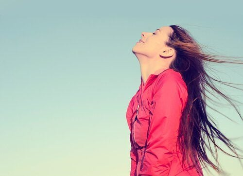 szybsza utrata wagi dzięki oddychaniu przeponą, kobieta oddycha głęboko