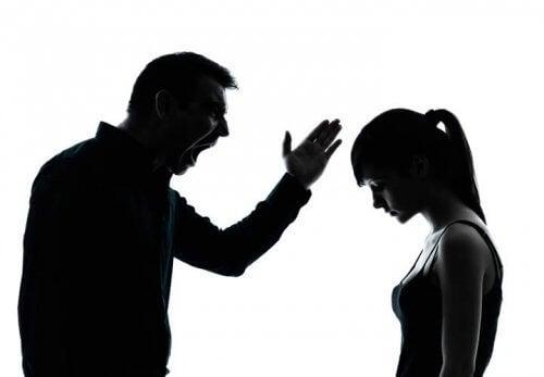 Ojciec krzyczy na córkę.
