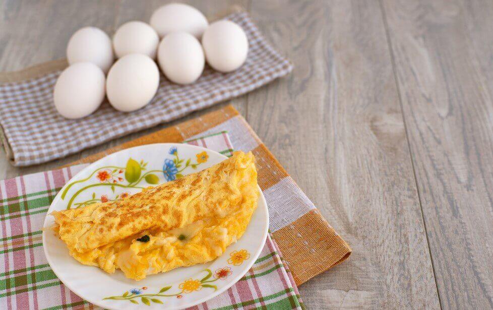 Zdrowe śniadanie: Omlet z kozim serem i ziołami