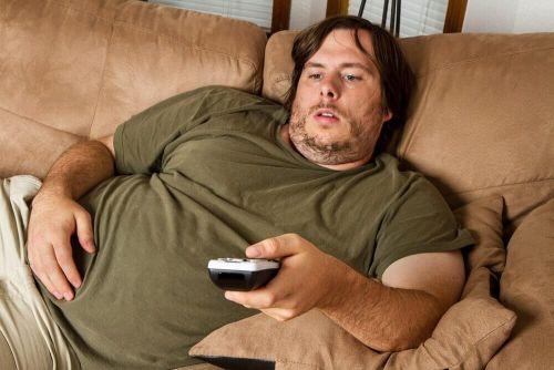 otyłość otyły mężczyzna na kanapie