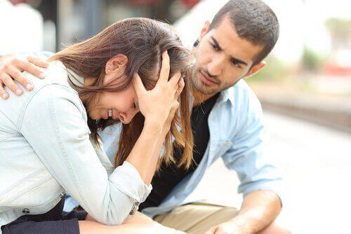 Wyrozumiały przyjaciel, kobieta wypłakuje się na ramieniu przyjaciela