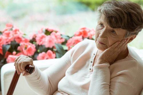 Zmartwiona starsza kobieta