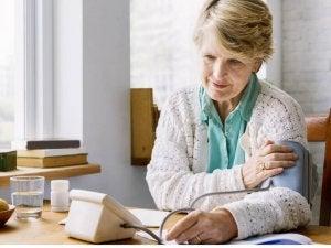 starsza kobieta pomiar ciśnienia krwi