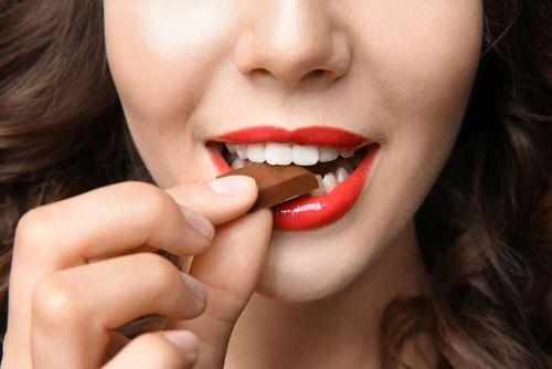kobieta zjada czekoladę