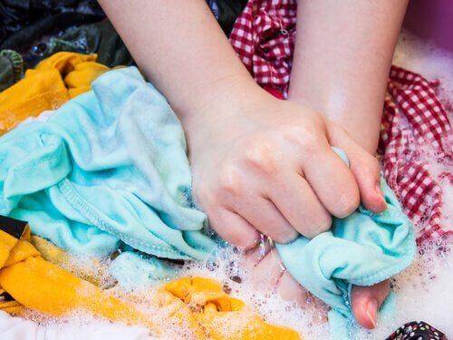 Pranie ręczne odzieży