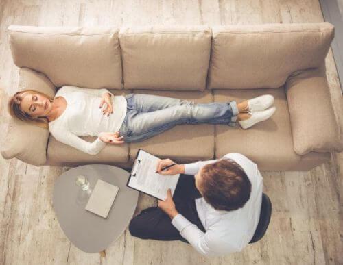 Cierpienie emocjonalne - kobieta u psychologa na kozetce