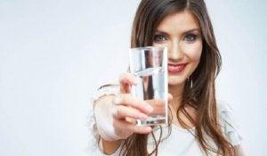 Kobieta trzyma szklankę z wodą