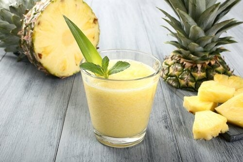 Świeży sok z ananasa odchudzający koktajl