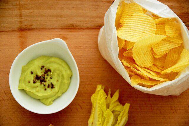 Chipsy i sos guacamole