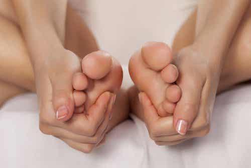 Twarda skóra na stopach - 10 domowych sposobów
