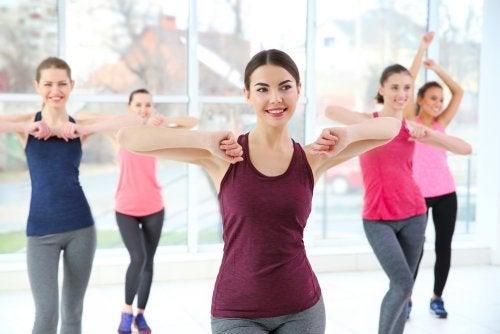 Tańczące kobiety, uprawiają sport, by schudnąć