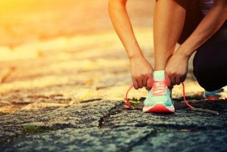 Kobieta zawiązuje buta